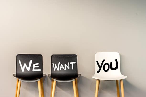 Personaldienstleister Gesundheitssektor – 3 freie Stühle mit we want you beschriftet