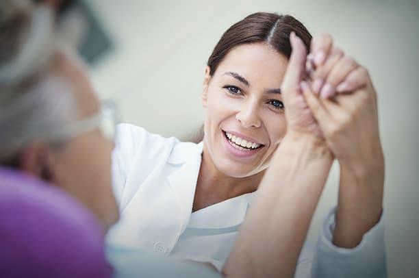 Personaldienstleistungen Medizin – Ärztin unterstützt ältere Patientin