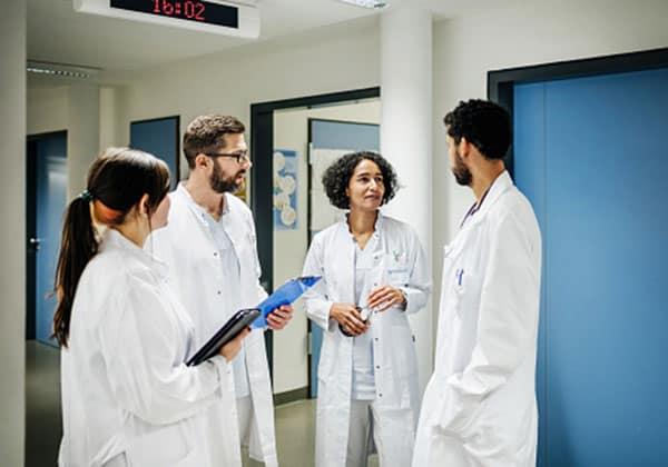 medizinische Personalvermittlung – medizinische Kräfte stimmen Vorgehen der Therapie ab